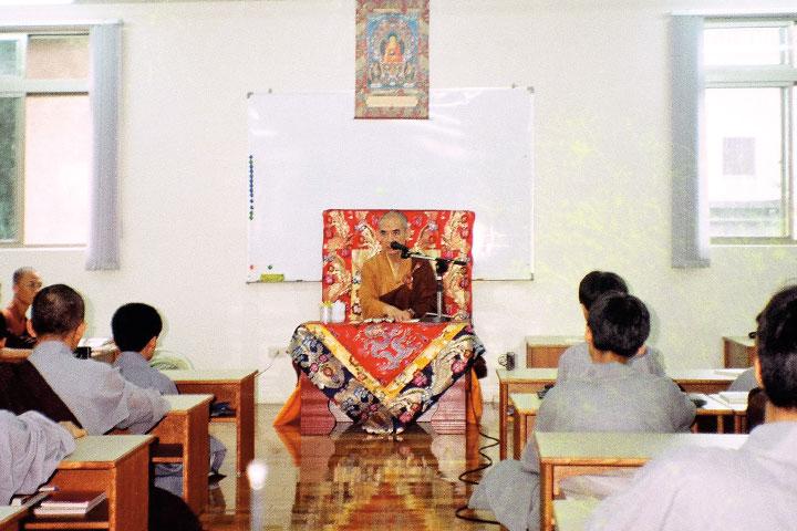 1995 年,日常老和尚和預科班在鳳山寺。