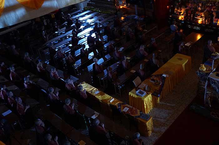 福智僧團法師們在大悲精舍誦晚課時,突然停電