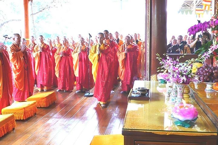 於佛牙舍利前舉辦世界和平祈福法會,由兩岸諸山長老共同主持