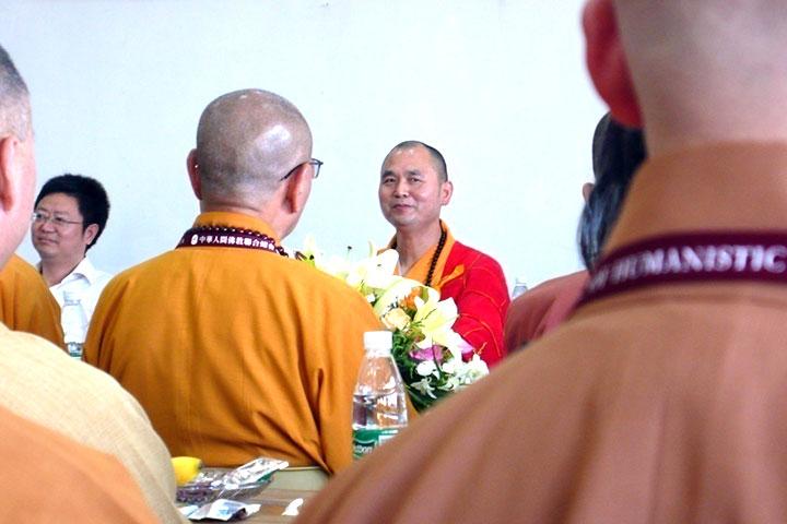 於棲霞寺與方丈隆相大和尚等諸山長老,交流兩岸佛教發展