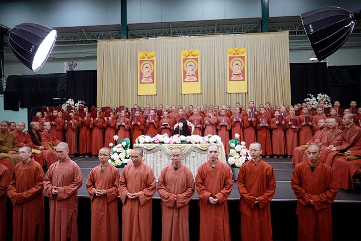 真如老師帶著福智僧團向大眾介紹大藏經。