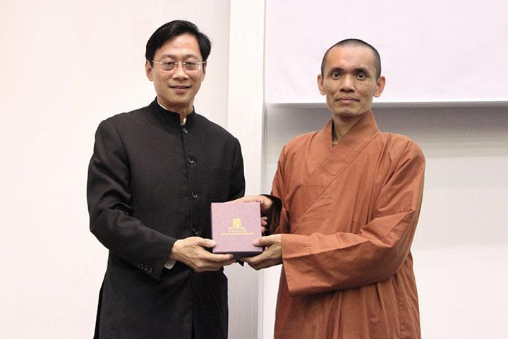 香港中文大學國學中心主席鄧立光教授致贈紀念禮